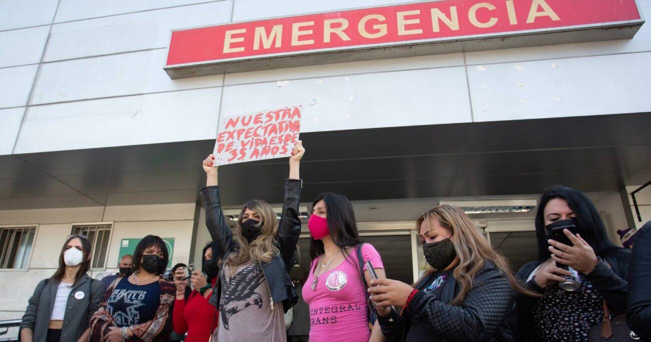Trabajadoras sexuales protestaron por este hecho durante la jornada en las afueras del Hospital del Salvador. AGENCIA UNO
