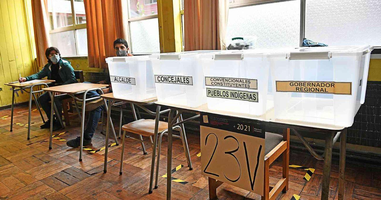 Proceso de constitución de mesas en el Liceo Armando Robles de Valdivia. AGENCIA UNO