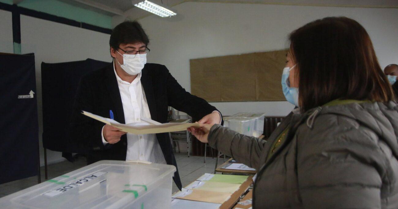 El abanderado comunista al momento de votar. AGENCIA UNO