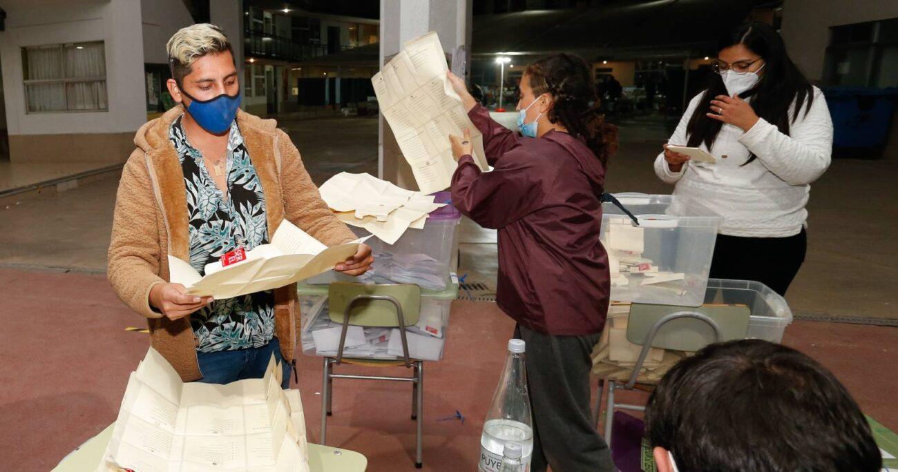El primer voto contado en Magallanes perteneció a Natividad Llanquileo, que va por escaño reservado del pueblo mapuche. AGENCIA UNO