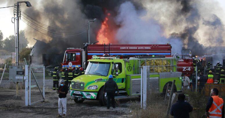 Incendio afectó a fábrica de productos químicos en Lampa y produjo nube de humo