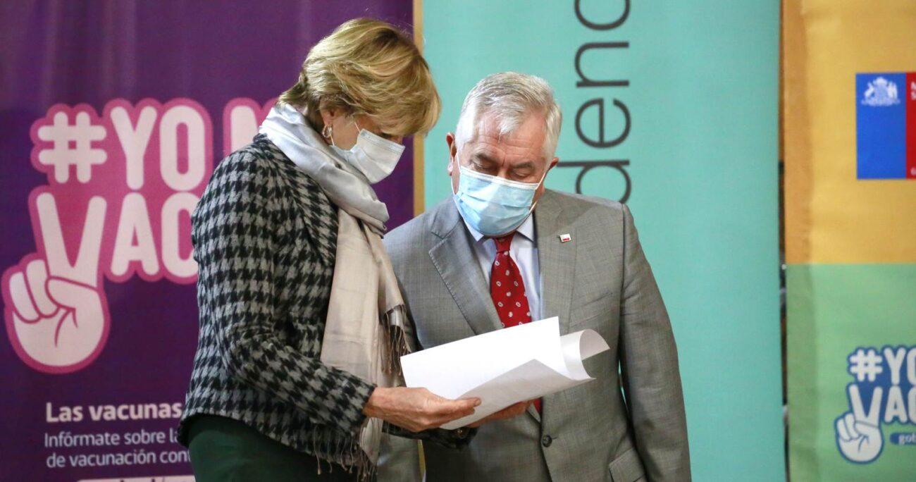 El secretario de Estado junto a la alcaldesa durante la vacunación a menores de 30 años. AGENCIA UNO