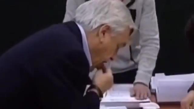 VIDEO – Voto disputado: las dificultades de Piñera para poner emitir su sufragio