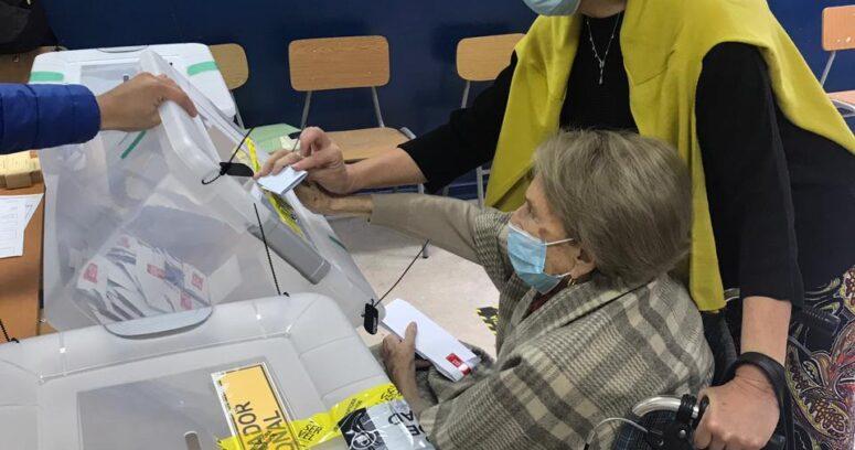 El ejemplar voto de Leonor Oyarzún a sus 102 años