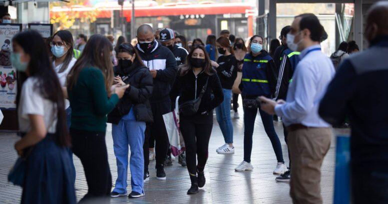 Encuesta Cadem: chilenos que se definen como clase media bajó de 43% a un 30% en dos años