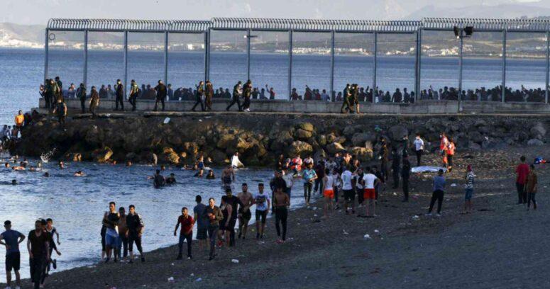 """""""España despliega al Ejército tras llegada de 6 mil migrantes a la frontera con Marruecos"""""""