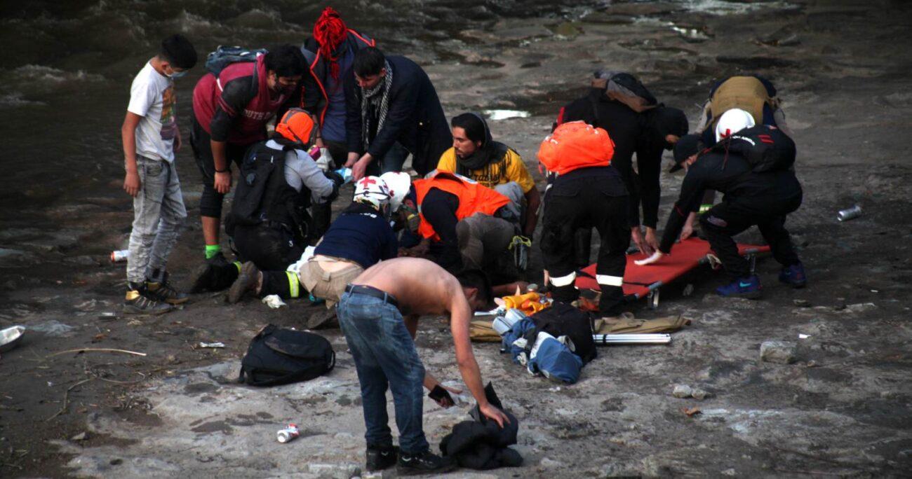 El menor de edad cayó a la ribera del río Mapocho durante una jornada de manifestaciones. AGENCIA UNO/ARCHIVO
