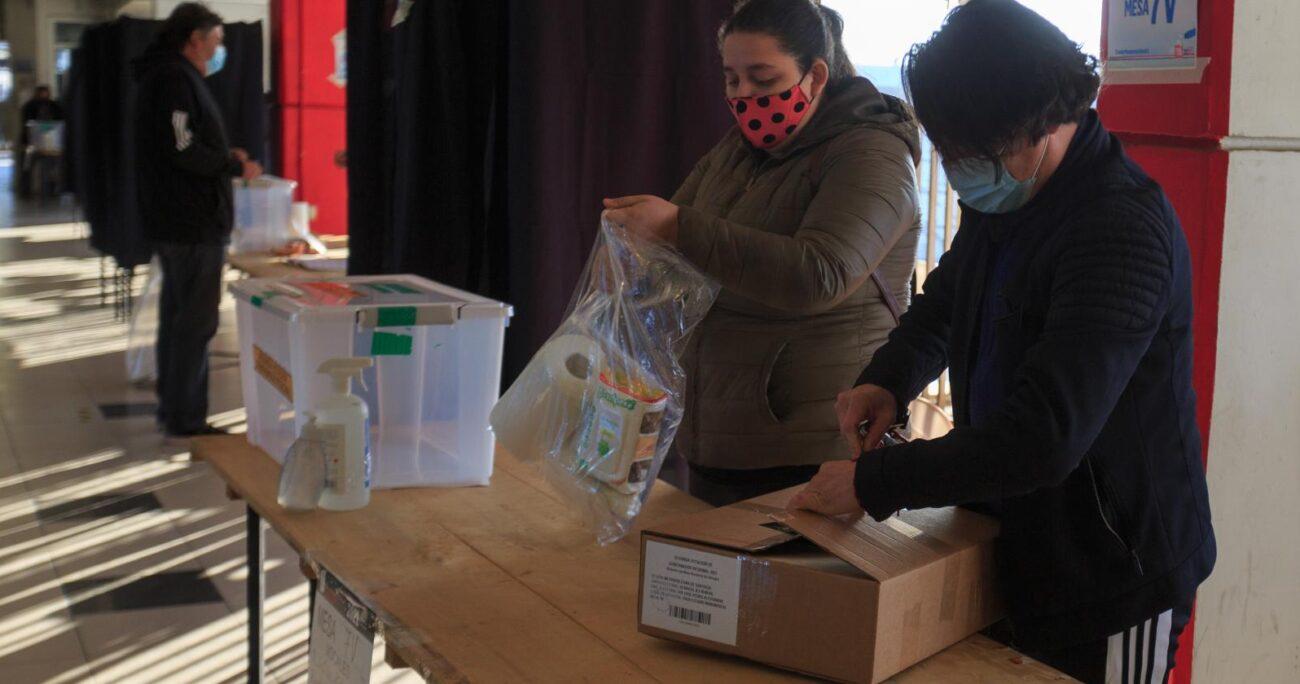La elección a gobernador regional de Santiago, que disputa Claudio Orrego (DC) y Karina Oliva (C) es la que mayor atención ha generado en las últimas semanas. AGENCIA UNO