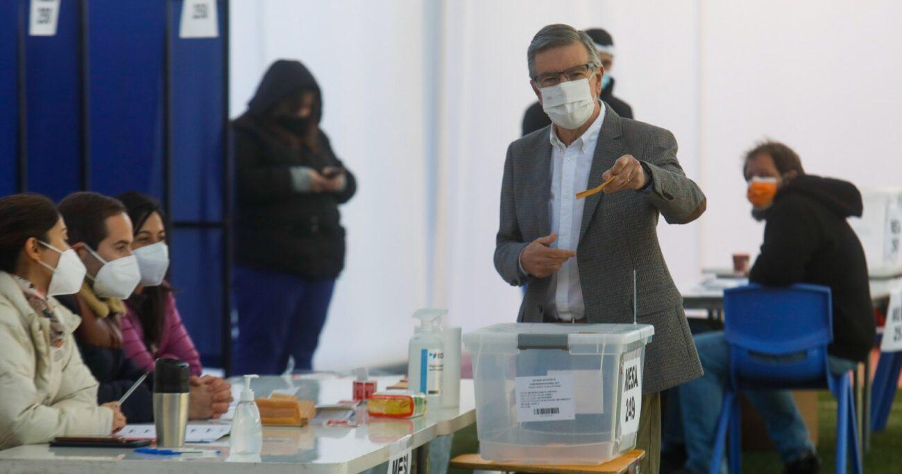 Lavín votó en el colegio San Francisco del Alba en la comuna de Las Condes. AGENCIA UNO