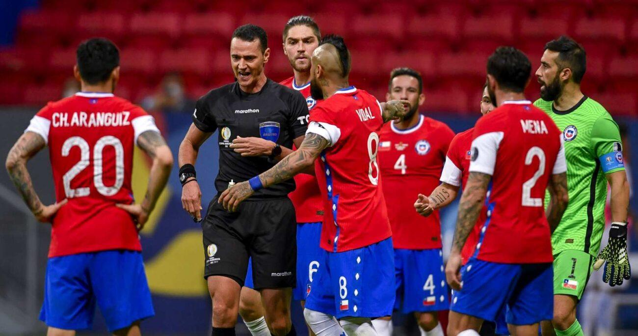 Los jugadores chilenos reclamando frente al juez. AGENCIA UNO