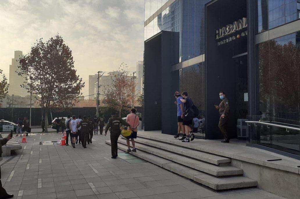 Funcionarios de la 17° Comisaría de Las Condes llegaron hasta calle Cerro El Plomo por una denuncia de funcionamiento del gimnasio. CARABINEROS