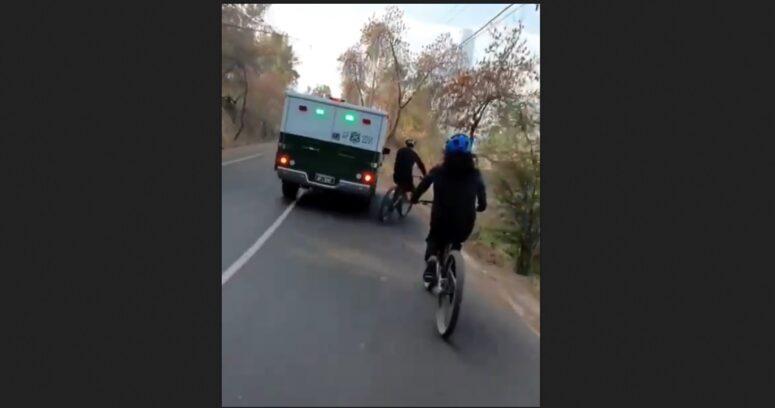 """""""Fundación Emilia cuestiona acción de carro policial contra ciclistas en cerro San Cristóbal"""""""