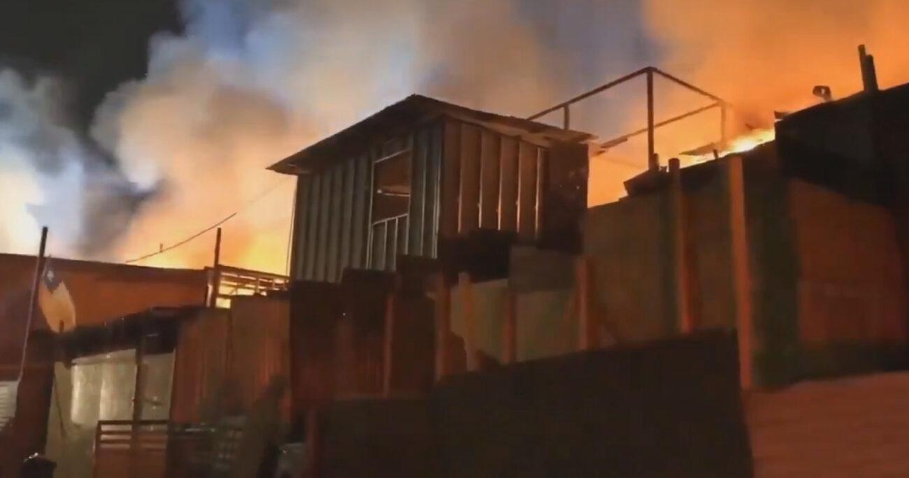 El incendio en el campamento, que no ha dejado personas lesionadas, se desarrolla en la intersección de Luis Cruz Martínez con Isabel La Católica.
