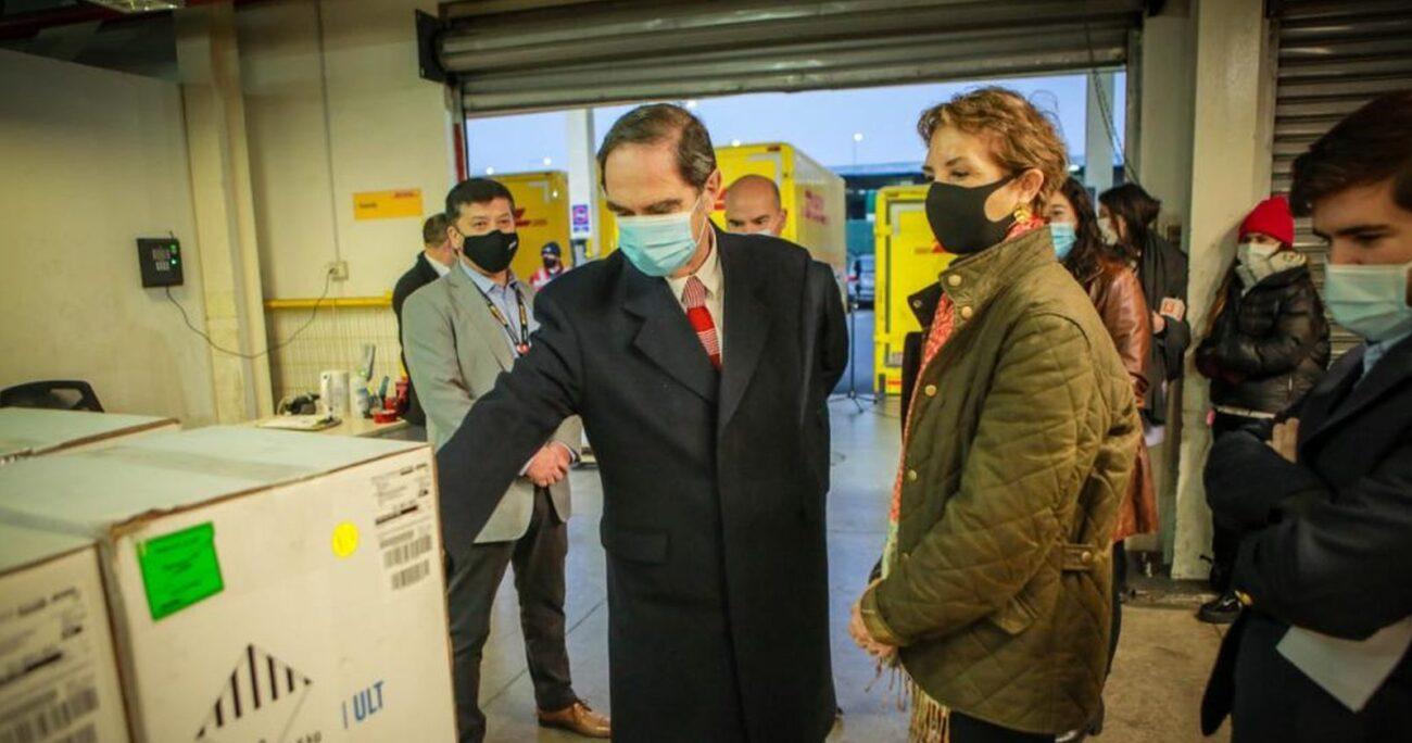 El ministro Larraín recibiendo el cargamento de vacunas. MINISTERIO DE JUSTICIA