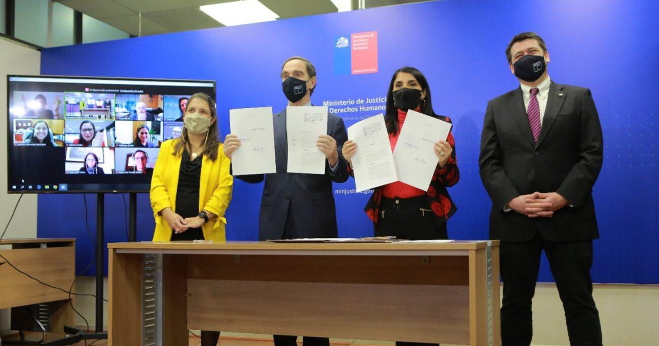 Los ministros de Justicia y Desarrollo Social durante la firma del proyecto. MIN. DE JUSTICIA