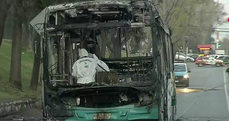 """""""Desconocidos quemaron bus del Transantiago en Peñalolén"""""""