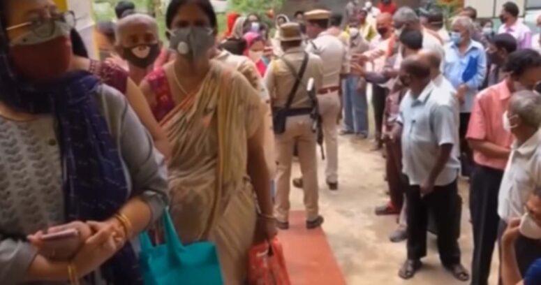 India notifica cerca de 70.000 casos de coronavirus, cifra más baja desde abril