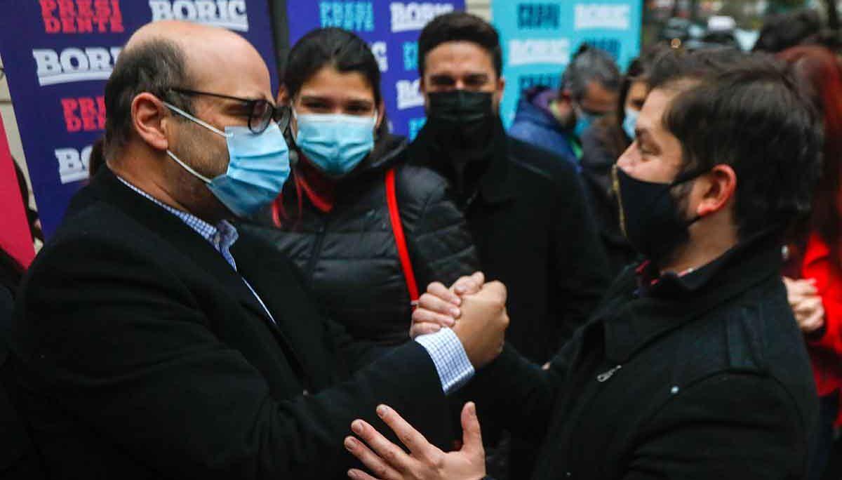 Atria junto a Boric durante la entrega de las firmas para la candidatura del diputado por Magallanes. AGENCIA UNO/ARCHIVO
