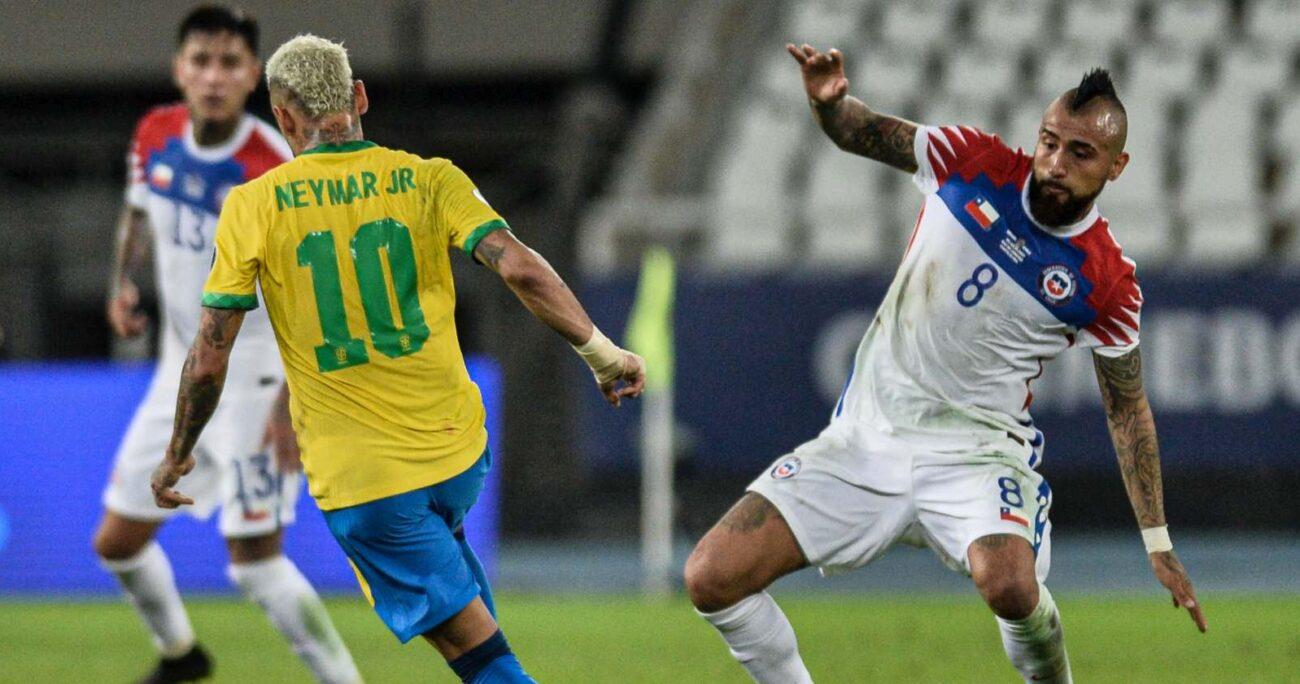 El mediocampista ante Neymar durante el encuentro por Copa América. AGENCIA UNO