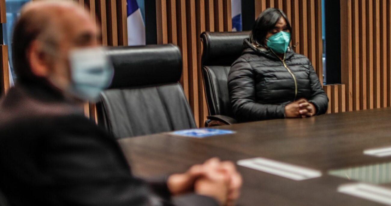 En la reunión, Fabiola Campillai estuvo acompañada por su abogada, Alejandra Arriaza y el diputado socialista, Leonardo Soto. AGENCIA UNO