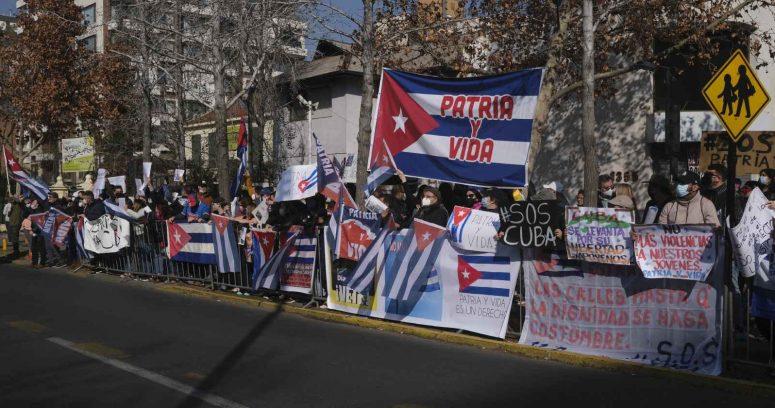 """""""Cubanos que protestaban contra dictadura son agredidos fuera de la embajada"""""""