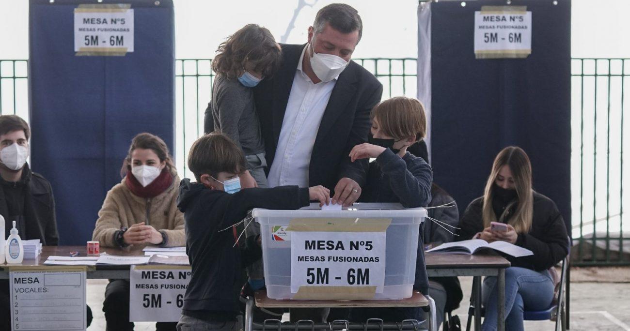 El independiente inscrito en la primaria de Chile Vamos votó junto a sus tres hijos. AGENCIA UNO