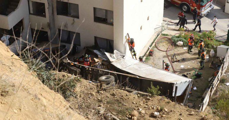 """""""Dos camiones y un auto caen por quebrada de 50 metros en Viña del Mar: hay 5 heridos"""""""
