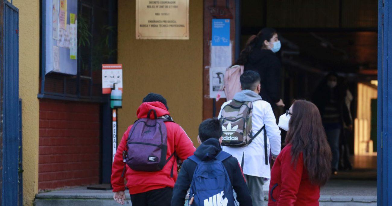 Los alumnos ingresando a clases en un colegio de la Región Metropolitana. AGENCIA UNO