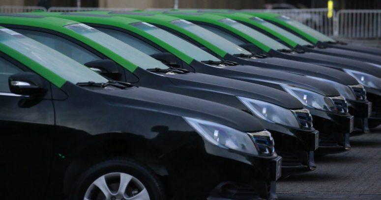 Gobierno entrega los primeros taxis eléctricos que circularán por Santiago