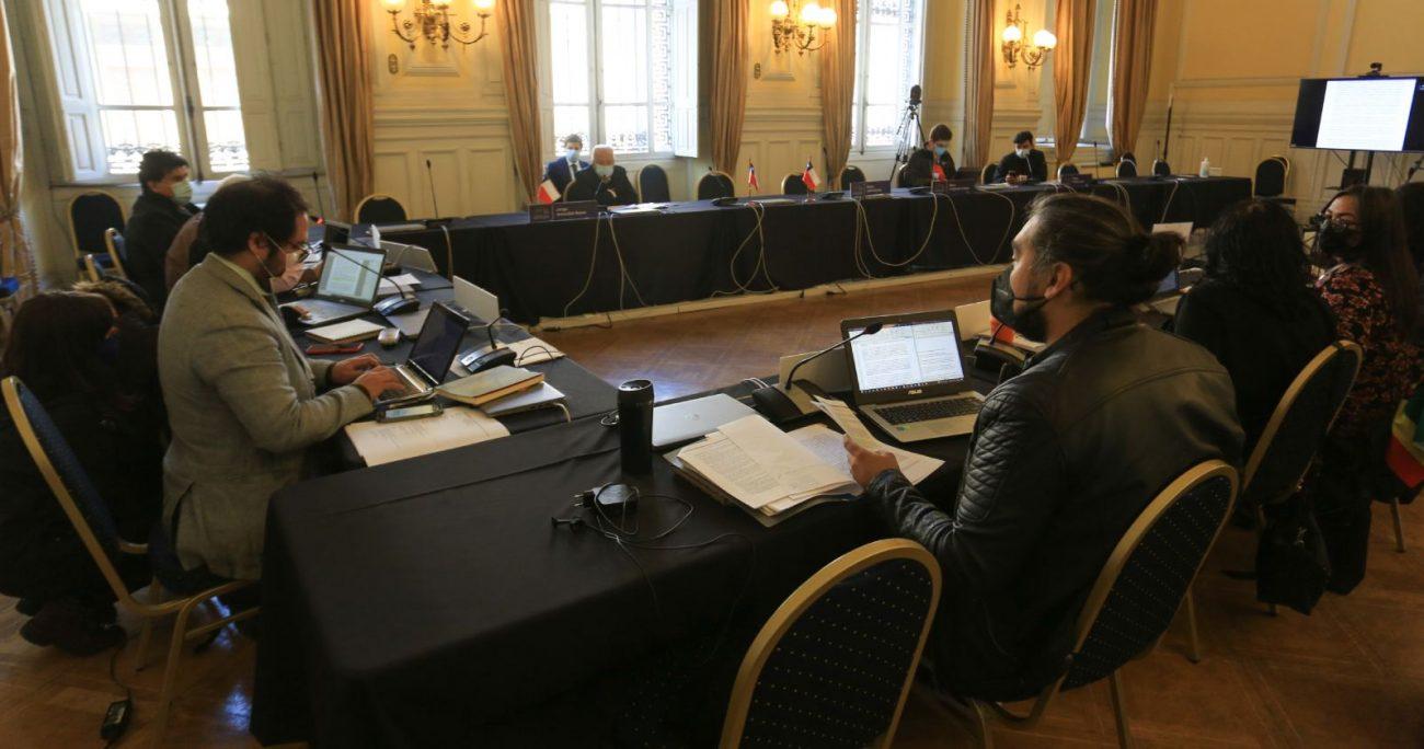 Pero la polémica se hizo presente en la Mesa de DD.HH., luego que se cuestionara la participación de Jorge Arancibia, ex comandante en jefe de la Armada. AGENCIA UNO