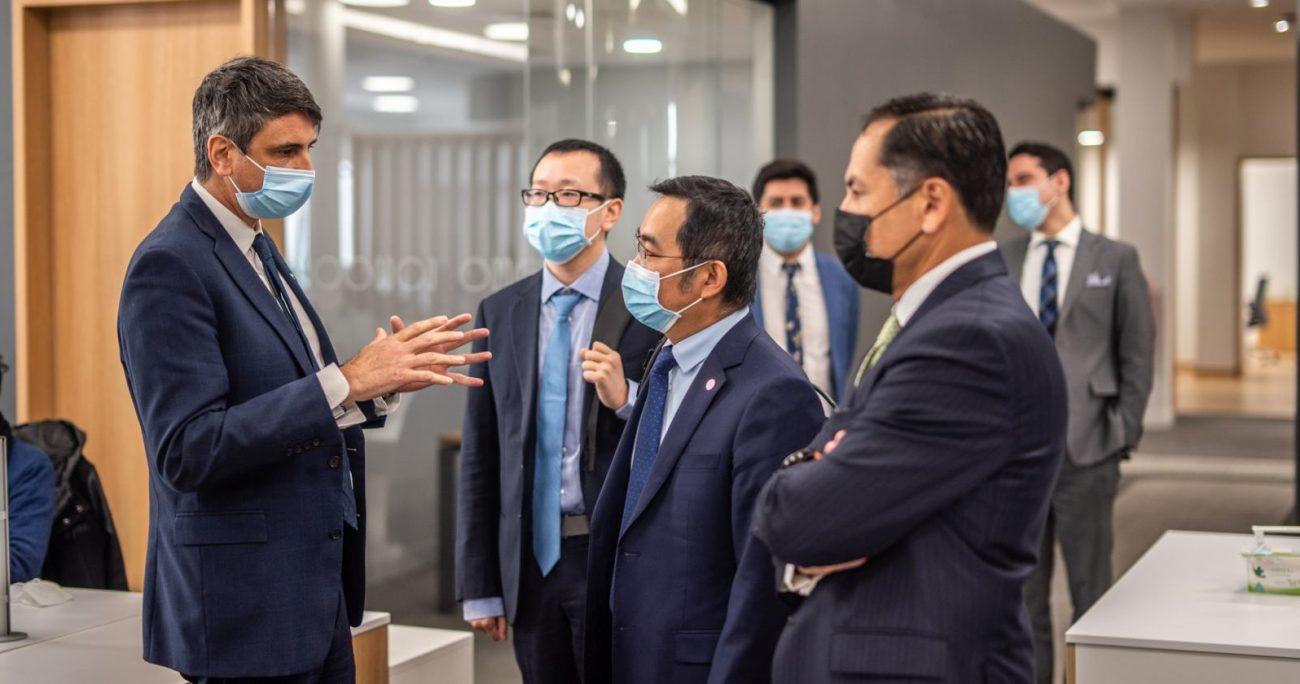 La autoridad junto con los ejecutivos chinos. MIN. DE CIENCIA