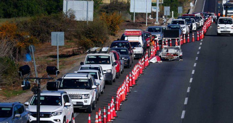 """""""50% más de lo estimado: más de 285 mil vehículos salieron de Santiago este fin de semana largo"""""""