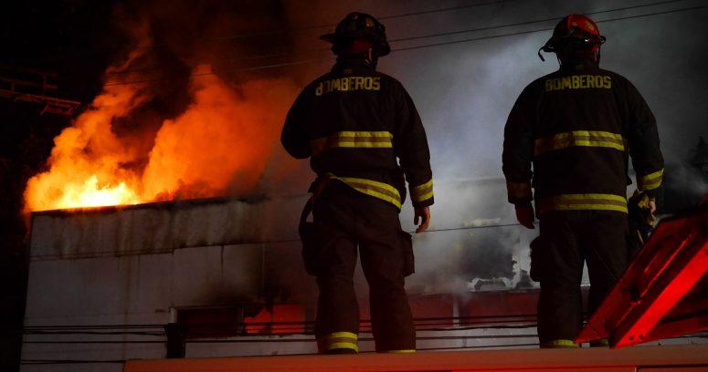 """""""Incendio consumió tres viviendas en el centro de Santiago"""""""