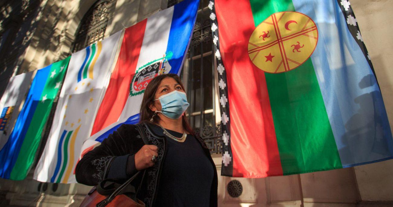 Dentro de las banderas hay algunas relativas al feminismo, pueblos originarios, entre otras. AGENCIA UNO