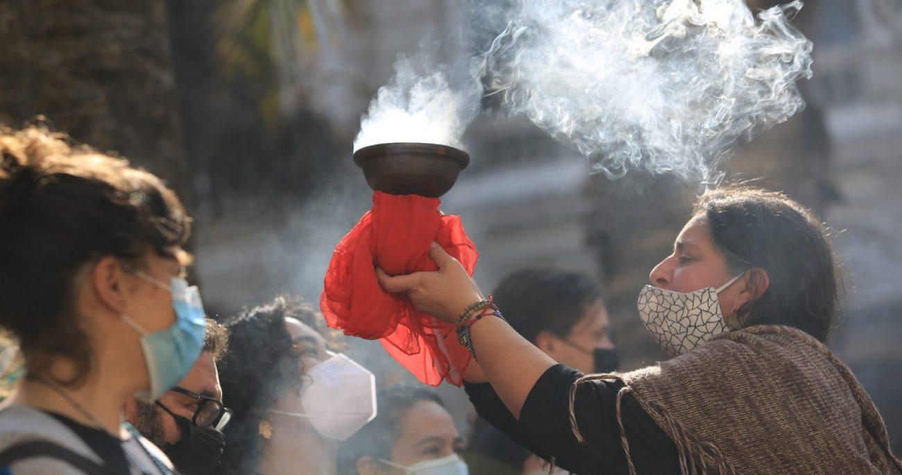 Pasadas las 13:00 horas, en los jardines del palacio, miembros del pueblo Diaguita se preparaban para llevar a cabo una Pawa en agradecimiento a la Pachamama. AGENCIA UNO