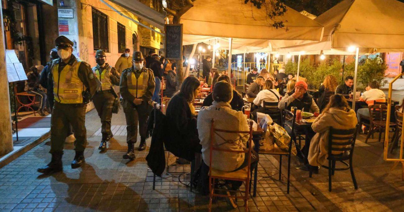 Los locales del barrio gastronómico siguieron abiertos durante la noche del viernes. AGENCIA UNO