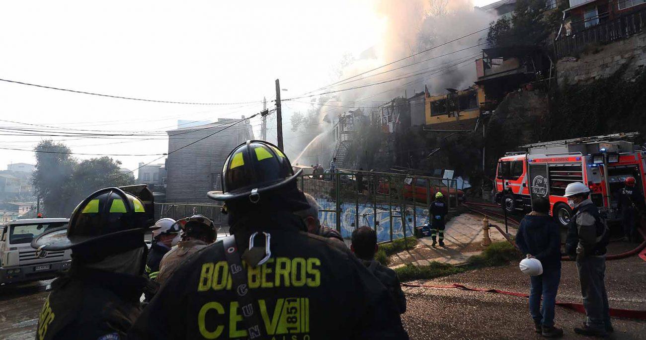 El siniestro ocurrido en en la calle Vicente Padín, del cerro San Juan de Dios y el combate de las llamas se vio dificultado por problemas en el suministro del agua, así como la superposición de las viviendas y la vegetación en la zona. AGENCIA UNO