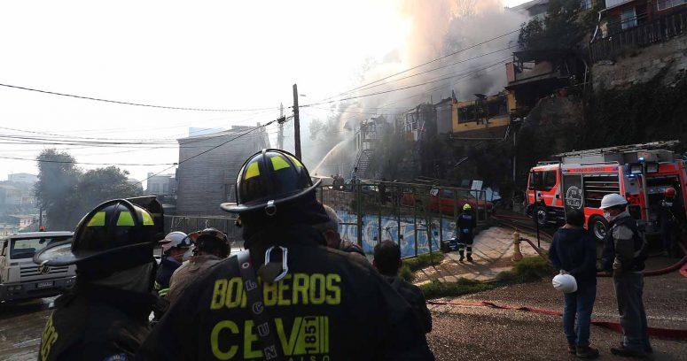 """""""Investigan posible intencionalidad en incendio que consumió cinco casas en Valparaíso"""""""