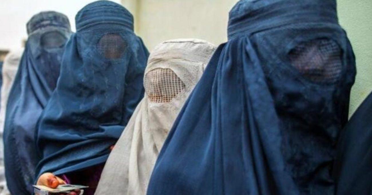 Los talibanes aplican una estricta interpretación religiosa contra las mujeres.