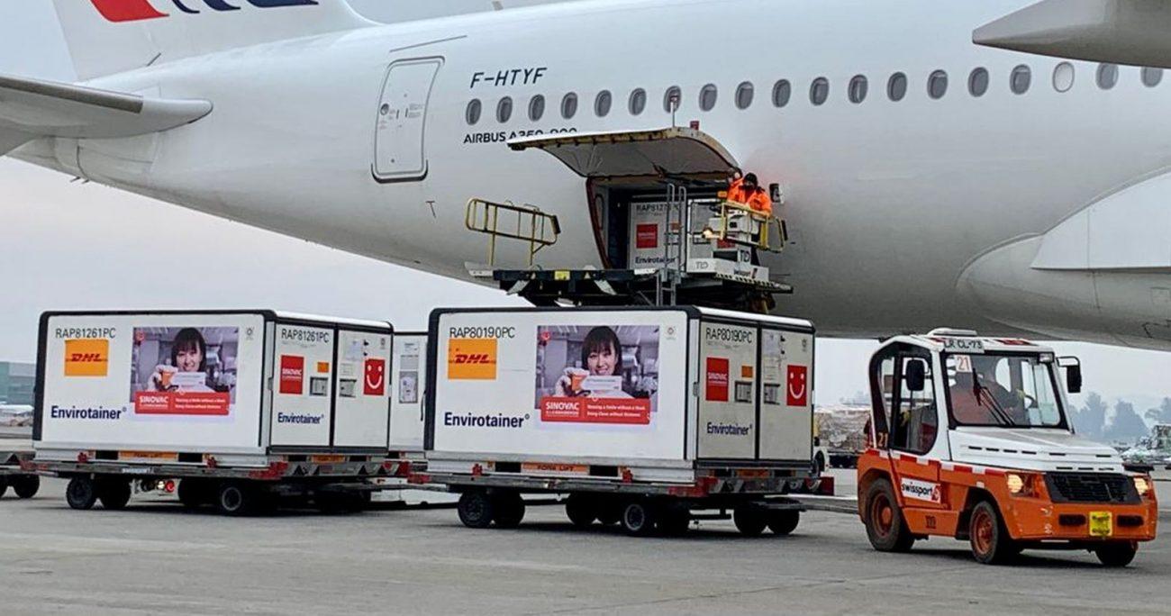 El cargamento en su arribo al Aeropuerto de Santiago. MINSAL