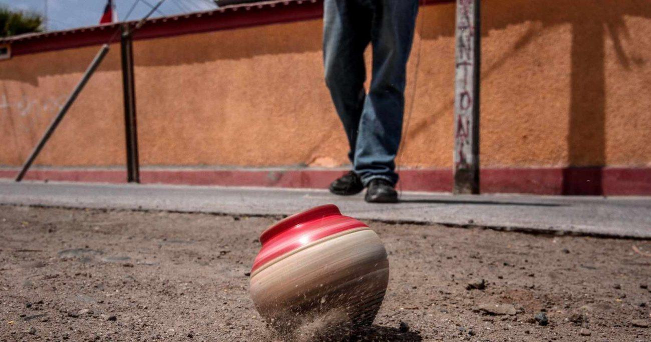 Ideas que se pueden implementar en esta fecha son la preparación de comida típica chilena, y poner en práctica nuestras habilidades para tirar el trompo, lanzar el emboque, elevar volantines o jugar a la rayuela. AGENCIA UNO/ARCHIVO