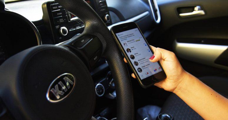 A ley alza en sanción por conducir manipulando un celular