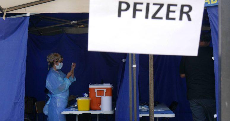 FDA autoriza vacunas de refuerzo de Pfizer para personas mayores
