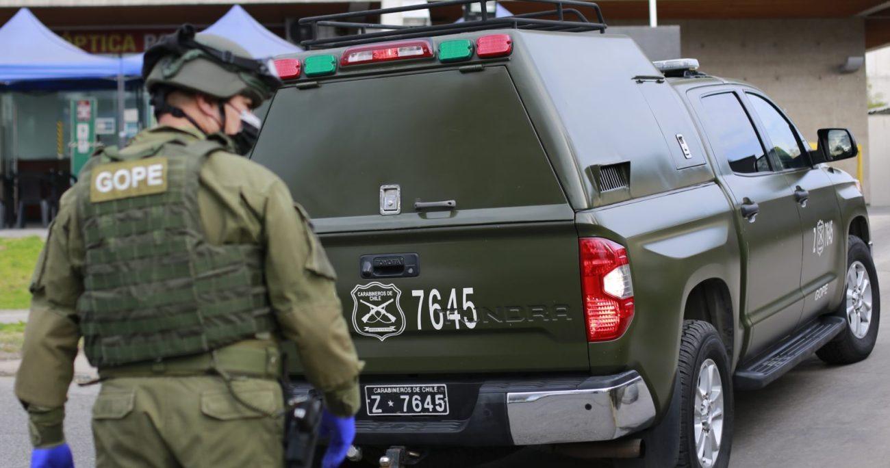 A las instalaciones llegó personal del GOPE de Carabineros para desactivar y retirar los objetos. AGENCIA UNO/ARCHIVO