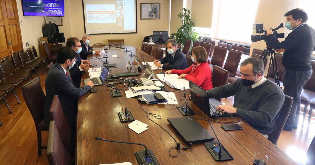 La sesión de la comisión analizando la iniciativa. AGENCIA UNO