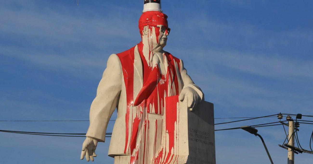 El ataque a la estatua de Salvador Allende ubicada en Las Industria fue ampliamente criticado, entre ellos por el candidato presidencial Gabriel Boric. AGENCIA UNO/ARCHIVO