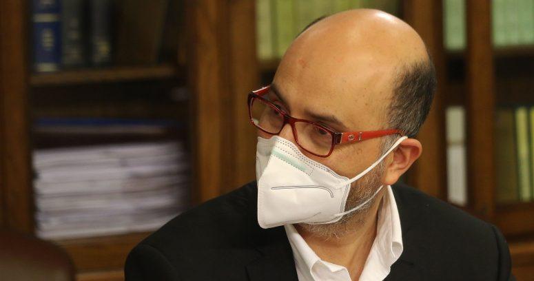 """Ilabaca y Castro acusan """"inconsecuencia"""" por retiro del 10% de ministro Cerda"""