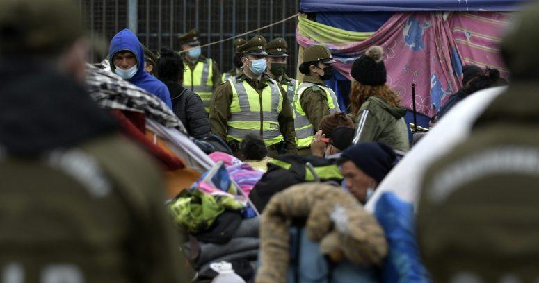 Carabineros: desalojo de migrantes en plaza Brasil de Iquique deja 14 detenidos