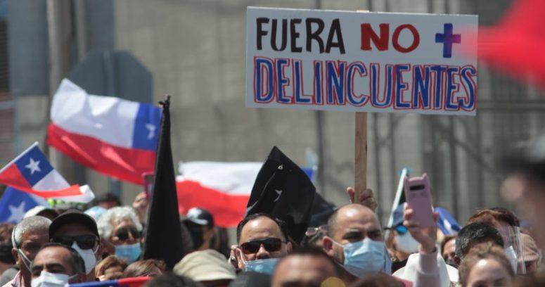 Roberto Cox es encarado en medio de marcha contra la inmigración irregular en Iquique