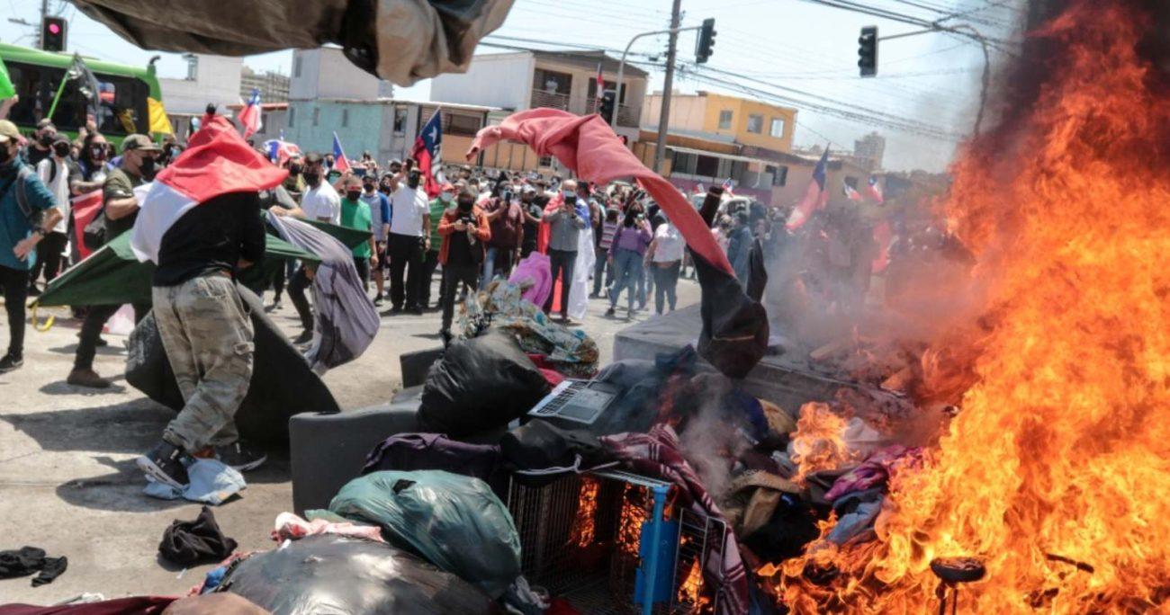 La manifestación había sido convocada luego que este viernes se desarrolló un desalojo de los inmigrantes apostados en la Plaza Brasil de la ciudad. AGENCIA UNO